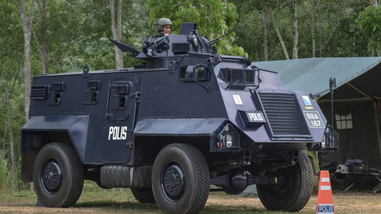 مركبة مدرعة للشرطة تؤمن المكان
