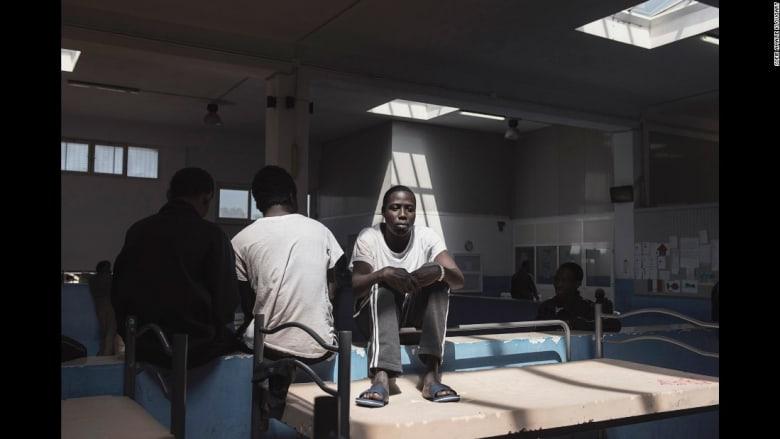 """مهاجرون يروون قصص نجاتهم والوصول إلى """"أرض أوروبا الموعودة"""""""