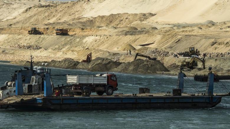 سفينة تحمل على متنها شاحنة تعبر الممر المائي الجديد لقناة السويس
