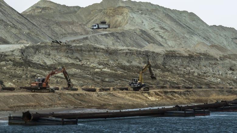 حفارة أخرى على الممر المائي الجديد لقناة السويس