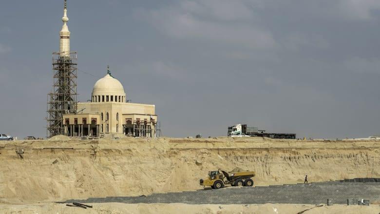 مسجد تحت الإنشاء على ضفاف المجرى المائي الجديد لقناة السويس، في ثاني أكبر المدن المصرية الإسماعيلية، شرق القاهرة