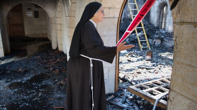 راهبة تتفقد الأضرار في غرفة تقع في مجمع للكنيسة