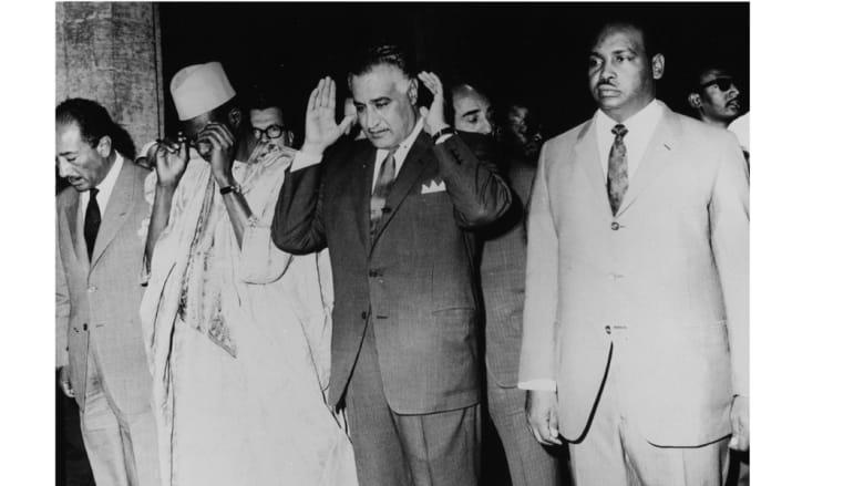 من اليسار، أنور السادات، موسى تراور، الرئيس المصري المصري جمال عبدالناصر، وأعضاء من وفد جمهورية مالي، يؤدون الصلاة في الأزهر، 13 مايو/ أيار 1970