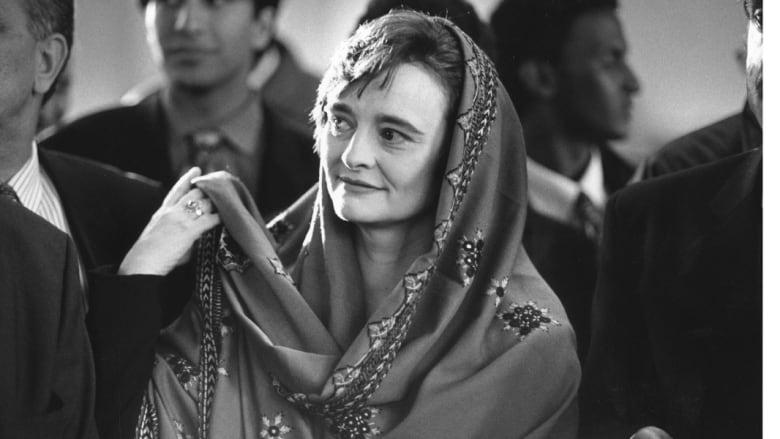 زوجة رئيس وزراء بريطانيا الأسبق توني بلير، ترتدي غطاء الرأس لدى زيارتها مسجد ريجنت بارك في لندن، 8 فبراير/ شباط 1997