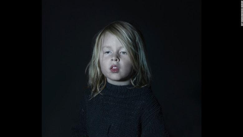 صور لأطفال مذهولين أمام شاشة التلفزيون