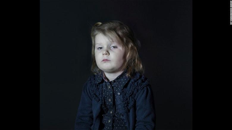 صور طريفة لأطفال مذهولين أمام شاشة التلفزيون