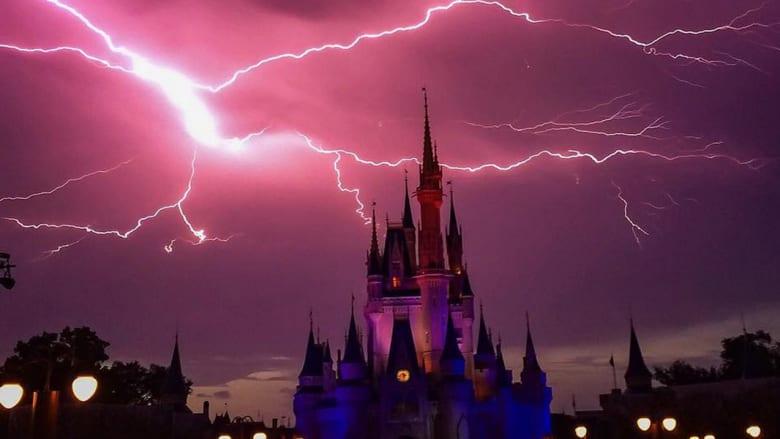 بعد وقت قصير على انتهاء العاصفة، استأنف عالم ديزني عرض الألعاب النارية احتفالا بعيد الاستقلال الأمريكي، الذي امتدت احتفالاته في منتزه ديزني إلى الجمعة والسبت.