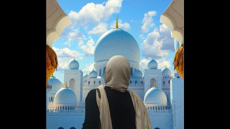 فتاة تنظر باتجاه مسجد الشيخ زايد في إمارة أبوظبي بدولة الإمارات