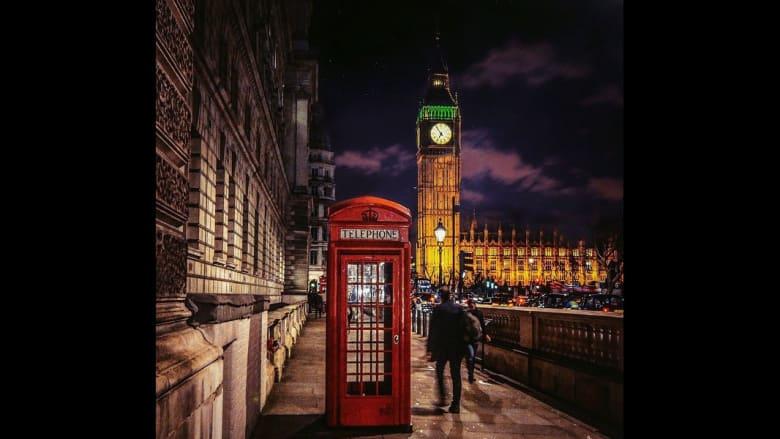 كشك للهاتف قرب ساعة بيغ بن في لندن.