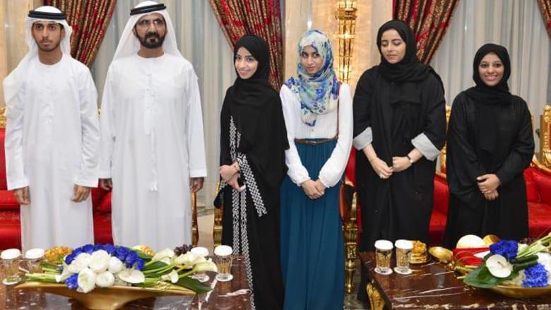 """بالصور: محمد بن راشد يفاجئ أوائل الثانوية الإماراتية بالنتيجة.. ومصرية """"أول مكرر"""""""