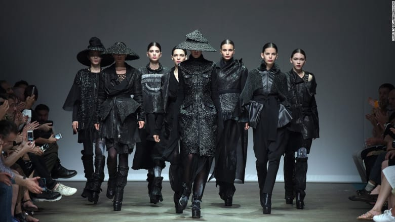 هل هذا ما سنرتديه بعد 100 عام؟ لمحة من أزياء المستقبل