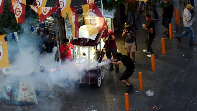 بالصور.. اشتباكات بين الأمن ومتظاهرين في اسطنبول بعد تفجير سوروج