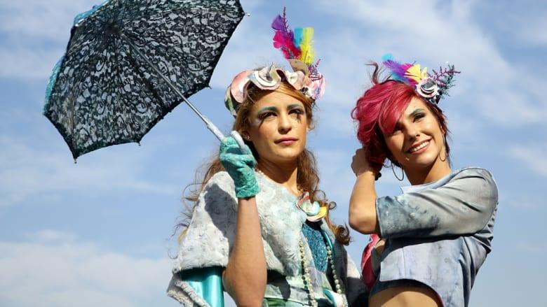 أي من هؤلاء النساء هي الأجمل في سباقات الفروسية؟
