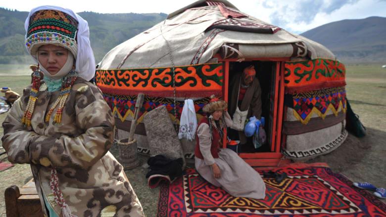 قرغيزستان.. عندما تختلط الألوان القوية بالحياة البسيطة