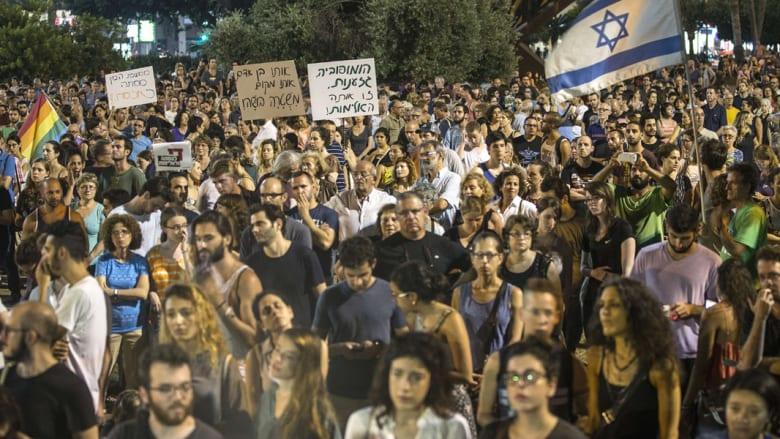 مظاهرات إسرائيلية ضد حرق رضيع فلسطيني والاعتداء على مسيرة للمثليين