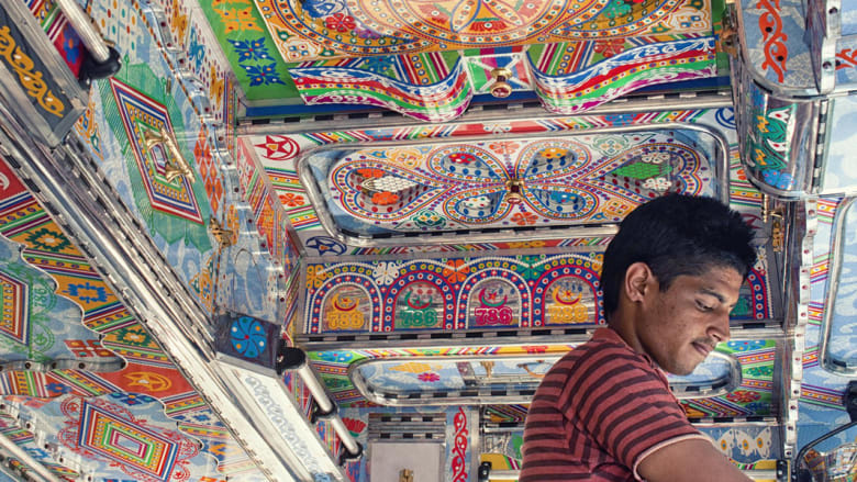سائقو الشاحنات في الهند يتفننون بتزيينها