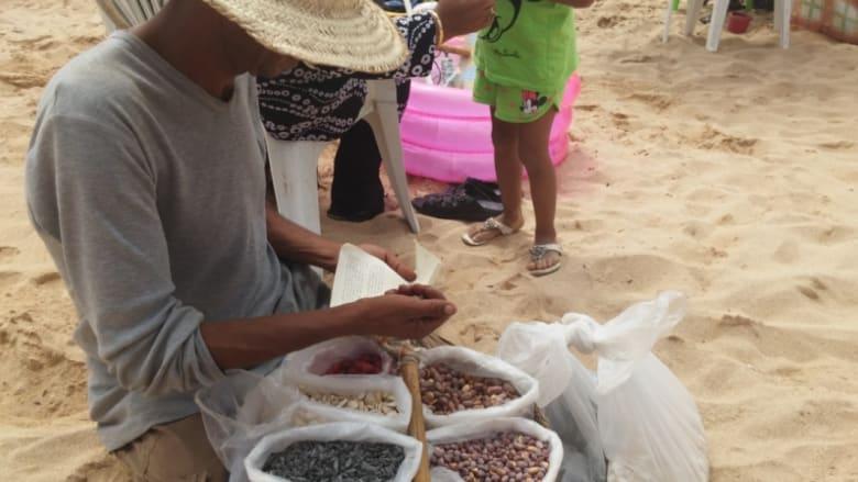 الفواكه الجافة: من أكثر السلع الطبيعية مبيعا على شاطئ البحر