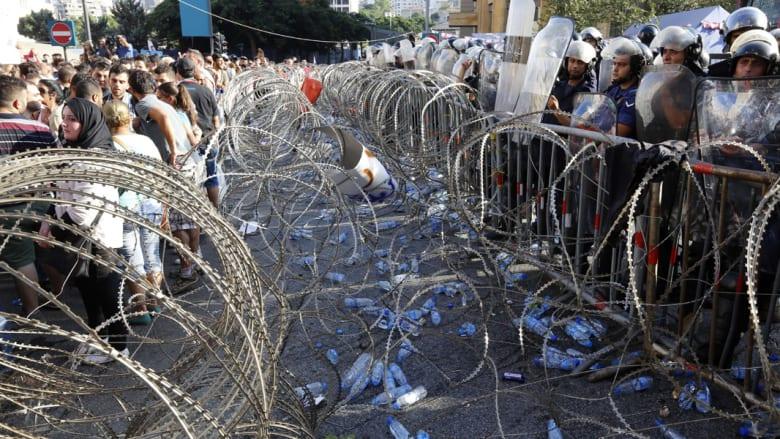 """الحكومة اللبنانية تبحث أزمة النفايات.. الجيش يحذر المندسين في الاحتجاجات.. و6 مطالب من """"طلعت ريحتكم"""""""