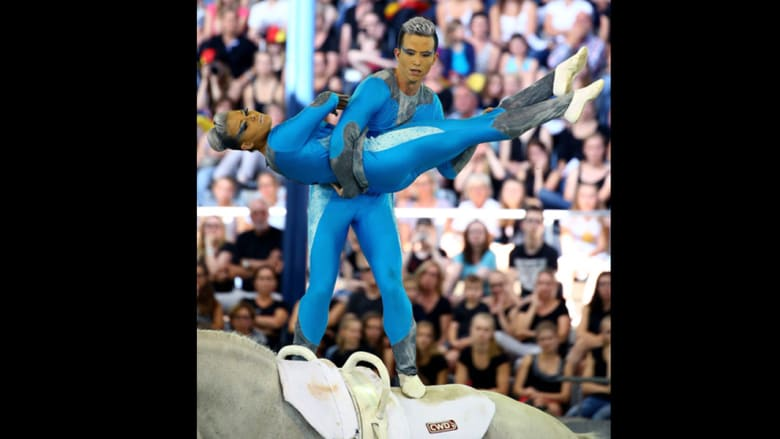 هل تظن بأن الجمباز رياضة صعبة؟ جرب ممارستها على ظهر حصان!