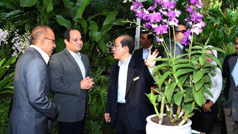 بالصور.. السيسي يتجول في حديقة نباتات سنغافورة ويحصل على زهرة باسمه