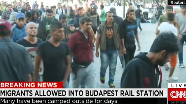 بالصور: مئات اللاجئين السوريين يتدفقون على محطة قطار بودابست بعد إغلاقها أمامهم لأيام