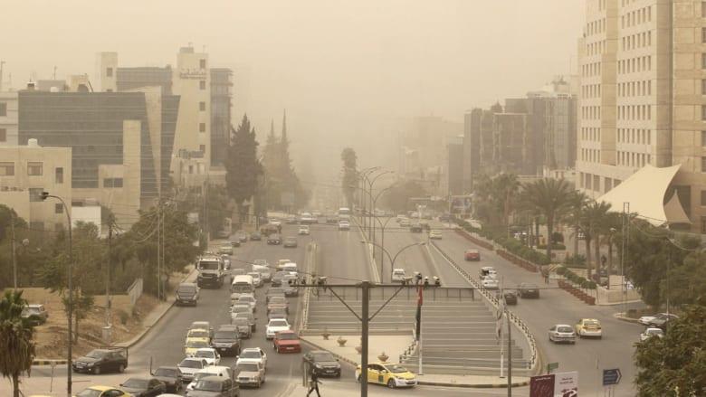 """عاصفة رملية """"قاتلة"""" تجتاح الشرق الأوسط.. 3 وفيات بلبنان وتعطيل مدارس ومطارات بالأردن والسعودية ومصر"""