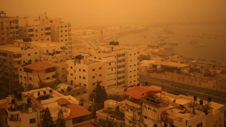 الواجهة البحرية في مدينة غزة أثناء سحابة كثيفة من الغبار في الأجواء