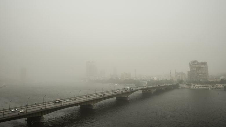 صورة مأخوذة في 8 سبتمبر 2015 للعاصمة المصرية القاهرة تظهر سحابة كثيفة من الغبار في وقت اجتاحت عاصفة رملية أجزاء من الشرق الأوسط