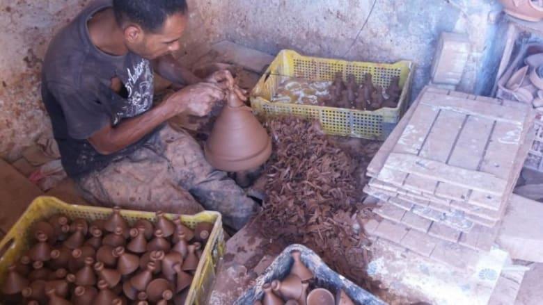 أحد الحرفيين بمدينة آسفي يصنع غطاء الطاجين المغربي