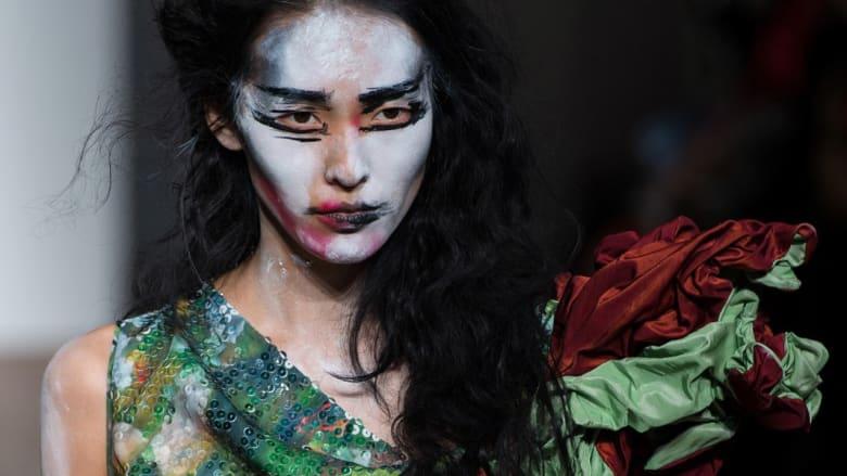 """الجمال من زاوية أخرى..أغرب وأروع تصفيفات الشعر و""""الماكياج"""" في عروض الأزياء العالمية"""