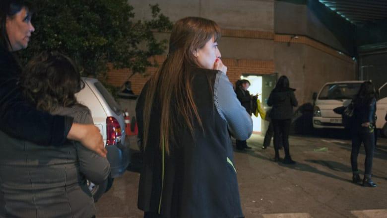 أشخاص خارج أماكن سكنهم بعد زلزال قوي في سانتياغو