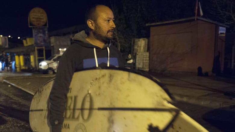 ناس يتفقدون أمتعتهم بعد وقوع زلزال كونكون