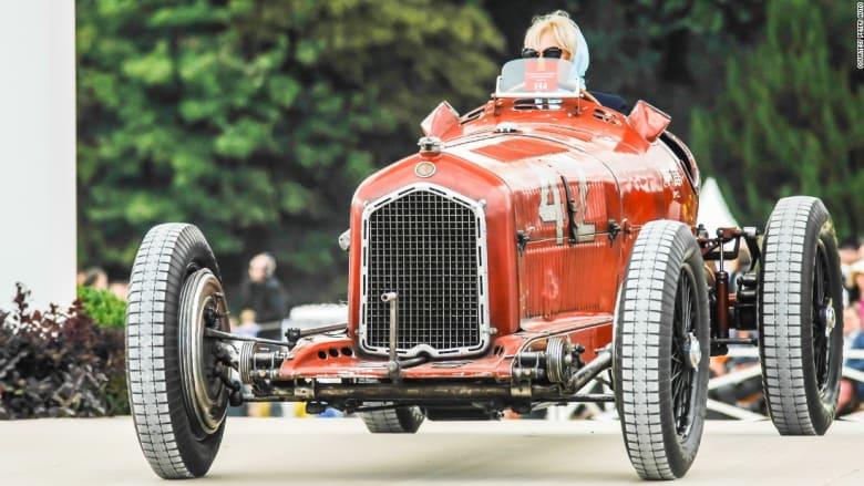 شاهد... عندما تجتمع أجمل السيارات الكلاسيكية وأرقى دور الأزياء والخيول في أفخم قصور فرنسا