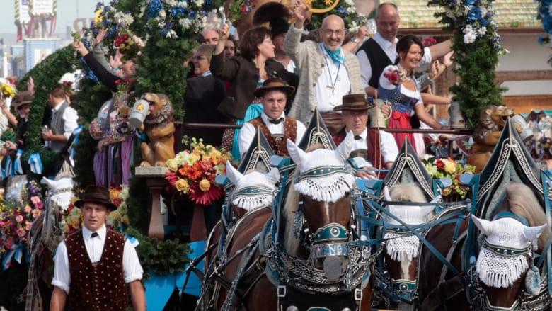 هكذا يحتفل الألمان بعيدهم.. الجعة والحسناوات على ظهور الخيول
