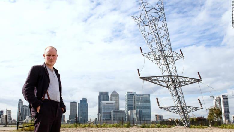 برج كهرباء مقلوب ومنزل مصنوع من الشمع وإسفلت مطاطي.. شاهد أغرب الأعمال لهذا الفنان البريطاني