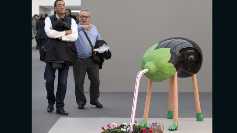 حبة باذنجان ضخمة على شكل حيوان وقتاة عالقة بين السقف والأرض وتماثيل تحيي حفلة كوكتيل..كل ذلك حقيقة في لندن