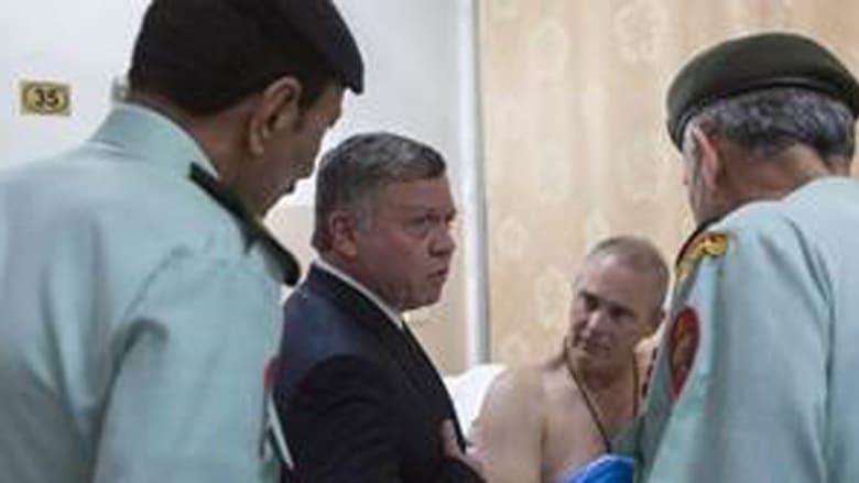 بالصور.. العاهل الأردني يزور مصابي إطلاق النار بمركز تدريب الشرطة