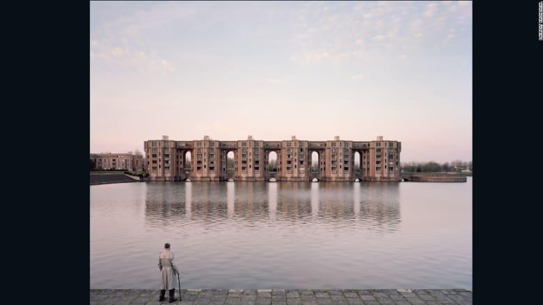 """مصور فرنسي يلتقط الصور الأخيرة لأحياء قبل أن تتحول إلى """"مدن أشباح"""""""