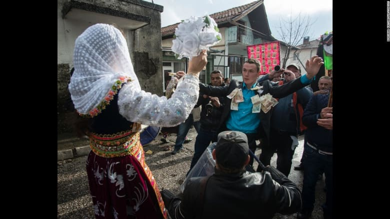 هذا ما تبدو عليه العروس يوم الزفاف في.. بلغاريا