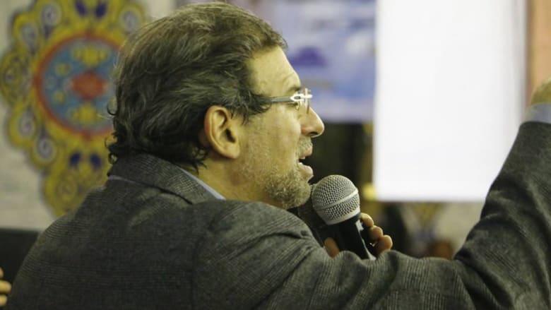 """مذيع مصري يعرض صوراً فاضحة يدّعي أنها للمخرج خالد يوسف.. وروّاد تويتر يردون بوسم: """"جريمة أحمد موسى"""""""