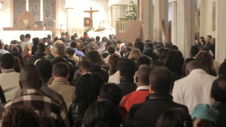 مسيحيون من مختلف الجنسيات داخل كنيسة الرباط