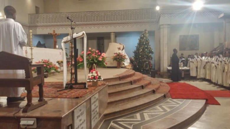 من أجواء الاحتفاء بميلاد المسيح حيث يظهر المساهمون في كورال الاحتفال داخل الكنيسة