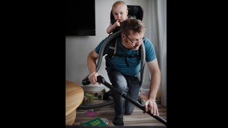 """""""أب واحد خير من عشرة مربين"""".. قانون تتبعه السويد"""