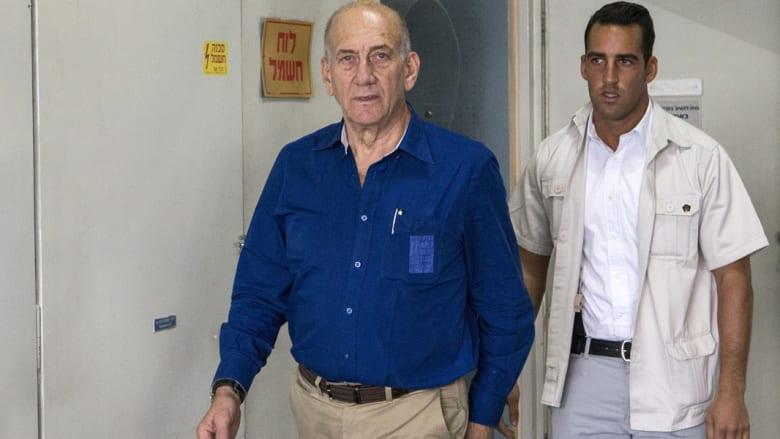 محكمة إسرائيلية تقضي بتخفيف حكم سجن رئيس الوزراء السابق إيهود أولمرت من 6 سنوات إلى 18 شهرا
