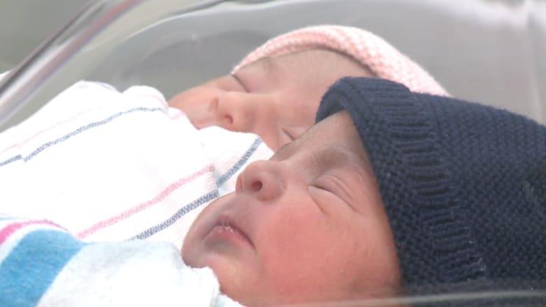 بالفيديو: توأمان يولدان على بعد ثلاث دقائق في عامين مختلفين