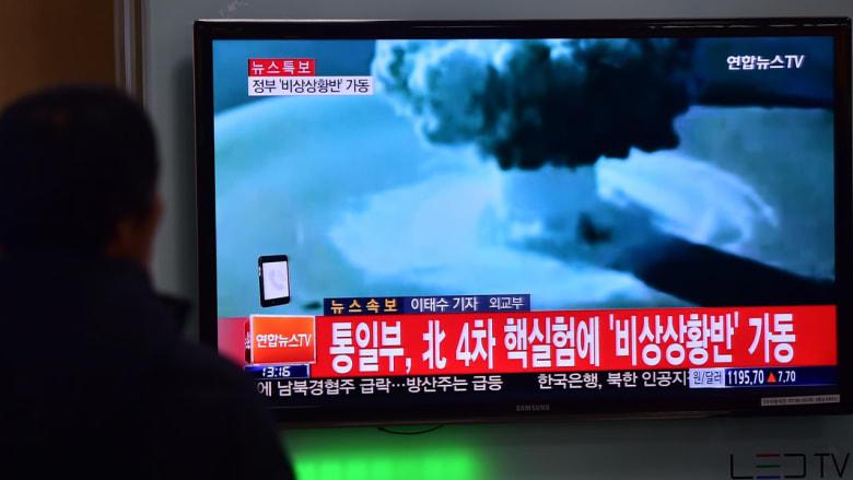 مواطن من كوريا الجنوبية يشاهد الاعلان عن قيام كوريا الشمالية باختبار قنبلة هيدروجينية
