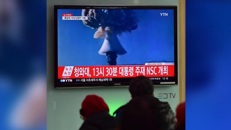 أشخاص في سيول يشاهدون تقريرا إخباريا بعد اختبار كوريا الشمالية لقنبلة هيدروجينية