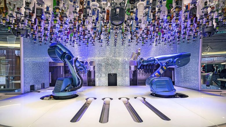 أغرب الحانات من حول العالم..بين سقاة من الروبوتات وتصاميم جليدية ومصاعد متنقلة
