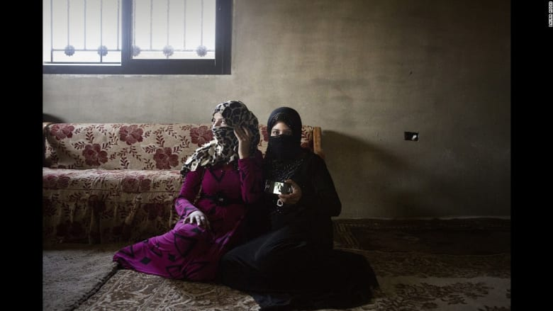 """فتيات سوريا.. جيل """"تائه"""" عن البراءة"""