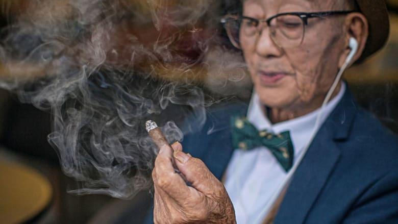 تعرفوا على أيقونة الموضة الصينية.. مزارع يبلغ 85 عاماً ولم يرتد بذلة قط!